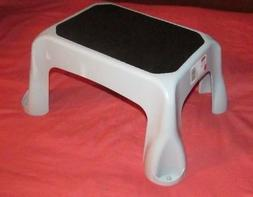 NEW RUBBERMAID 4B40 GRAY STEP STOOL 300 POUND LIGHTWEIGHT ST